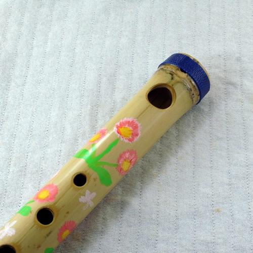 """<p><strong><font size=""""3"""">イギリスで修行されたペアデザインのデザイナー<a href=""""http://www.peardesign.jp"""">乙部なるみさん</a>に描いて頂きました。ポップで楽しい笛に仕上がりました。<br>※箸入れ笛は、本体に加えて、笛の脱落を防ぐオプションパーツ「箸入れ帽(布カバー)」が必要です。合わせてお求め下さい。</font></strong></p>"""
