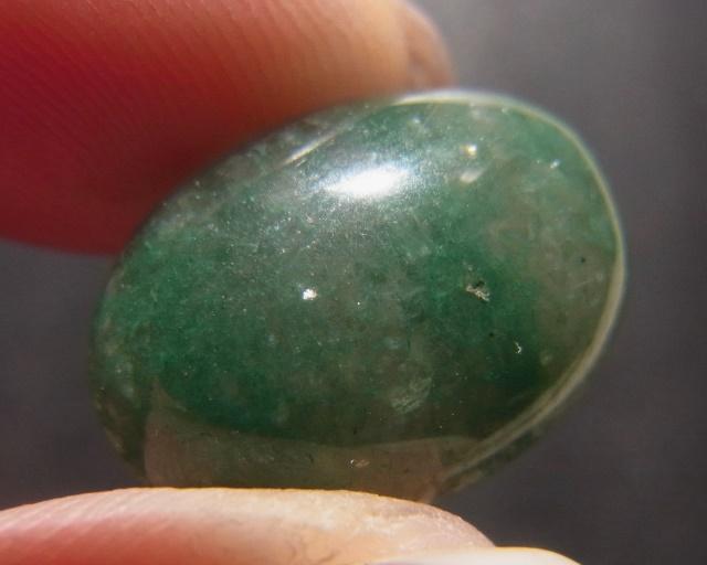 ・グリーンクォーツァイト市場に出回っていますアベンチュリンというお石になります。グリーンクォーツァイトは、結晶内の含有物がキラキラとした光を持たない、アベンチュレッセンス(雲母によるアベンチュリン効果)が確認できないものになります。