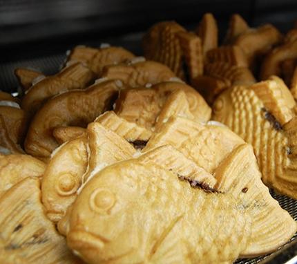 パリッとした薄皮の生地に、北海道産の小豆を使用したこしあんを、しっぽまでたっぷり入れておいしく焼き上げました。<br />※16枚ご注文毎に1枚サービスいたします。