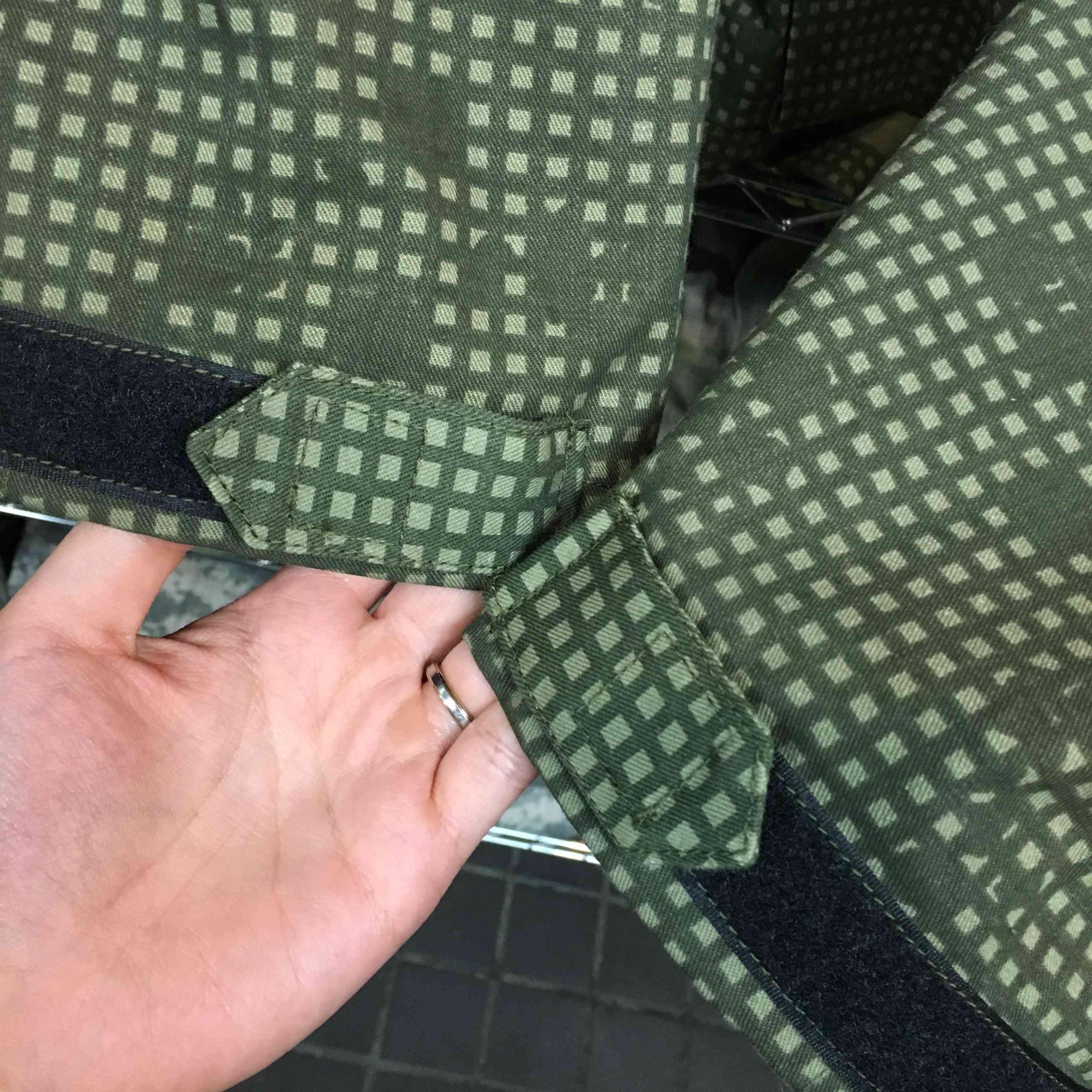 <p>両袖のボタンをベルクロ化することにより、サイズ調整も細かく楽々♪</p><br />ベルクロはBlack、TAN、OD、フォリッジグリーンよりお選び頂けます!