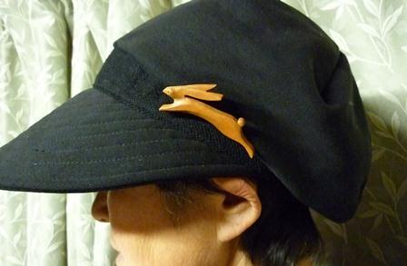 うさぎのブローチを帽子につけて
