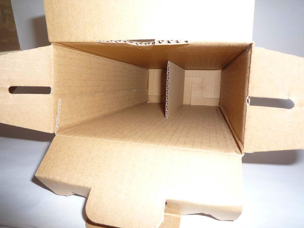 2本用箱の内側は、仕切りがついているので安心です。