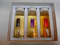 (極上あかしあ、あかしあ、とち)蜂蜜、各250gの3本セットです。スリムで使いやすい容器で、キャップを開けサッとかけて使えます。ギフトケース付きで贈り物に最適です。