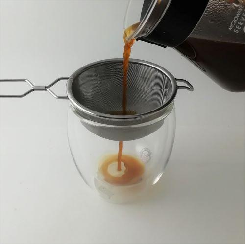 【茶こしを使ったコーヒーの淹れ方】茶こしで漉すときは、そっとゆっくり注ぐようにしましょう。