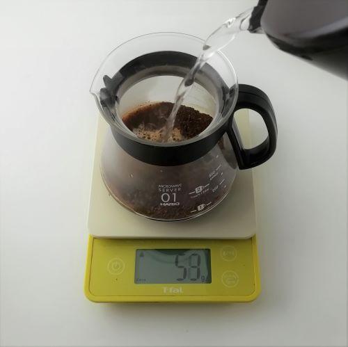 【茶こしを使ったコーヒーの淹れ方】コーヒーの粉 10g に対して 熱湯 180㏄ の割合。沸騰したてのお湯を注ぐ。