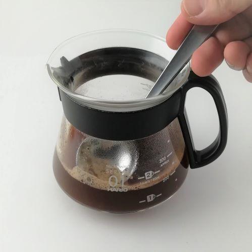【茶こしを使ったコーヒーの淹れ方】4分後、浮いている粉をスプーンで取ります。