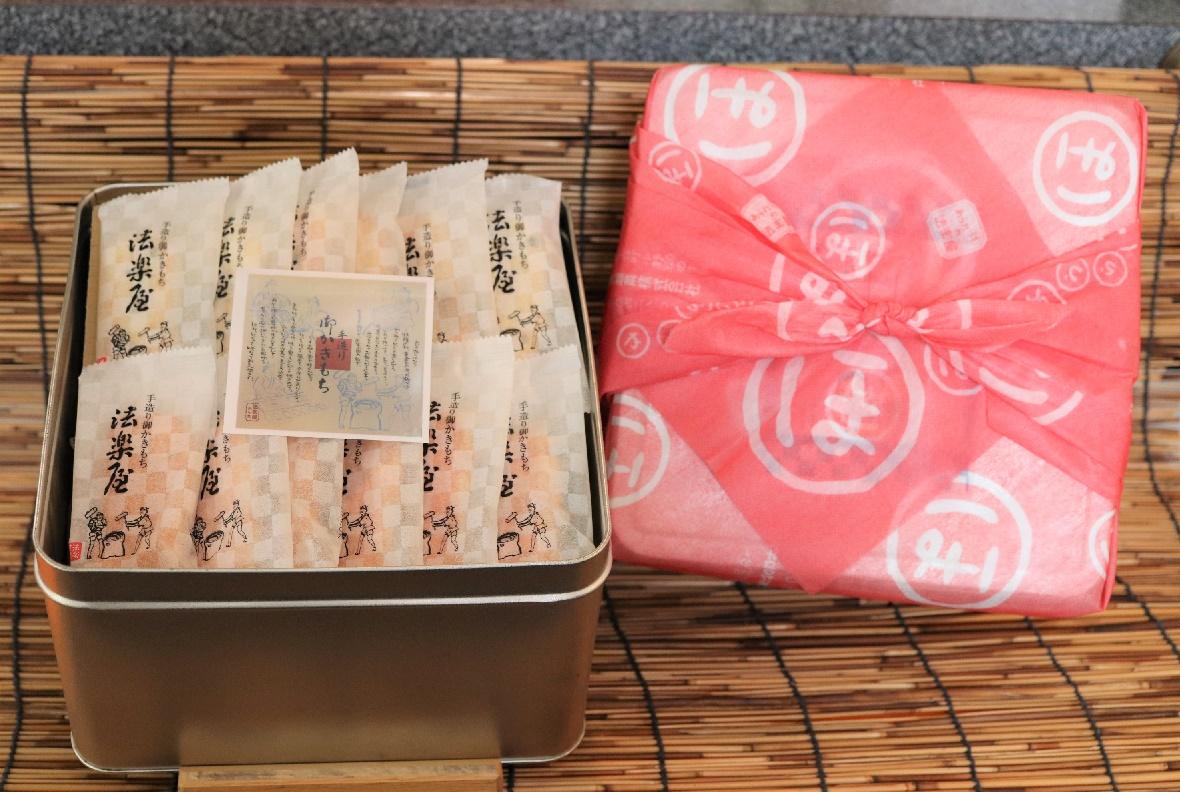 黒豆、海老、のり、しそ、よもぎ、醤油、6種の御かきもち詰合せです。<br>お米の香りを味わっていただけるよう、薄味に仕上げております。<br>お土産用、お佛用と風呂敷で包装致します。<br><br>(6種 個包装54袋入)<br>