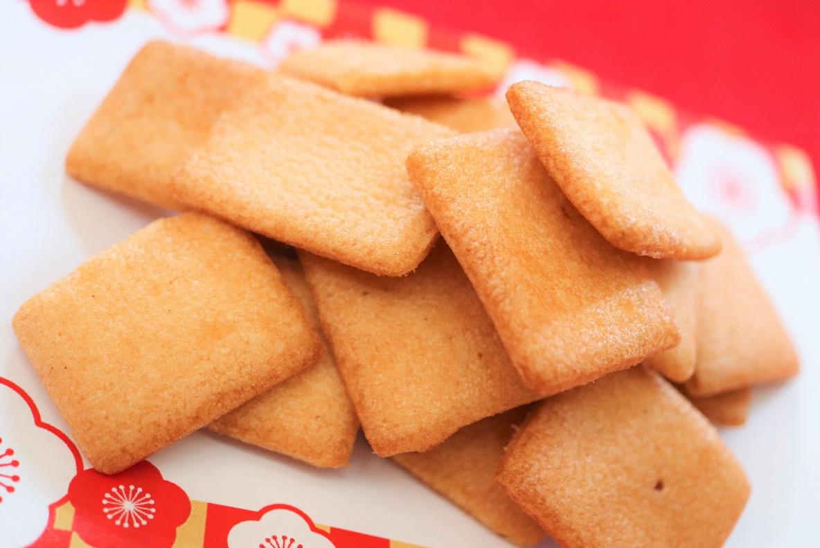 昔ながらの素朴なほんのりとした甘い味わいが人気の揚餅です。<br>お年寄りの方から子供さんまで幅広い層の方に人気があります。<br>口どけのよいやわらかな食感を是非一度ご賞味下さい。 <br><br>(270g 個包装/9袋入)