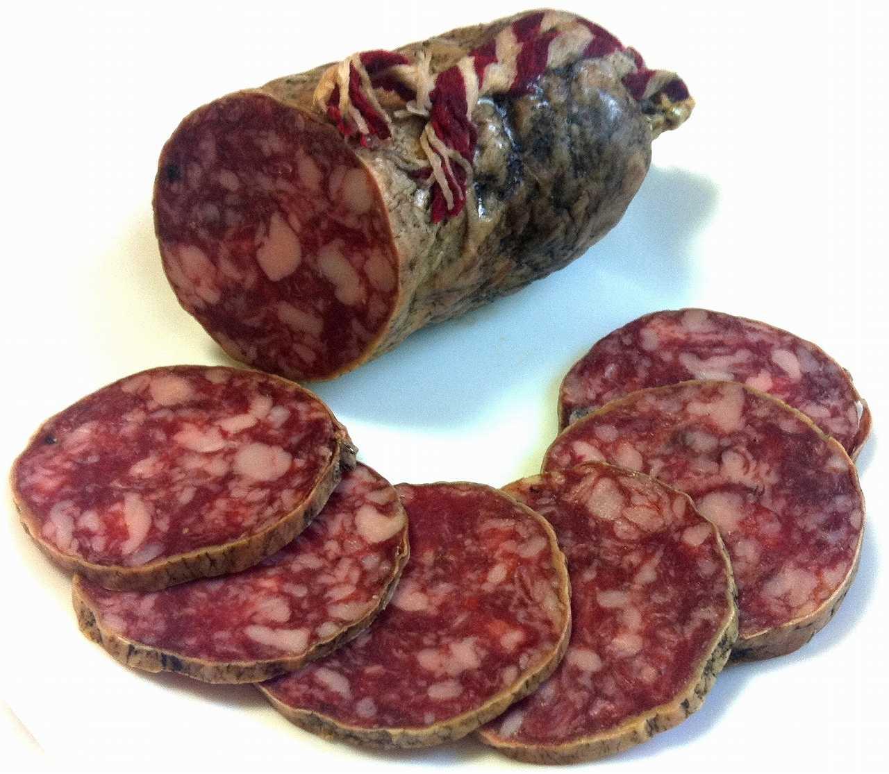 イベリコ豚ベジョータのバラ肉や脂肪をカットし、これにスパイス(ガーリックとペッパー)を加えながら海塩と共に練り合わせ腸詰にしております。パプリカパウダーは使用していないのでワインの肴に最適です。熟成期間は3カ月ほど。<br><br><br><br>品名   サルチチョン<br>ブランド La prudencia<br>内容量  1.2kg<br>荷姿   約1.7kg×3本<br>原産国  スペイン<br>保存基準 +15℃前後<br>賞味期限 24ヵ月<br><br>