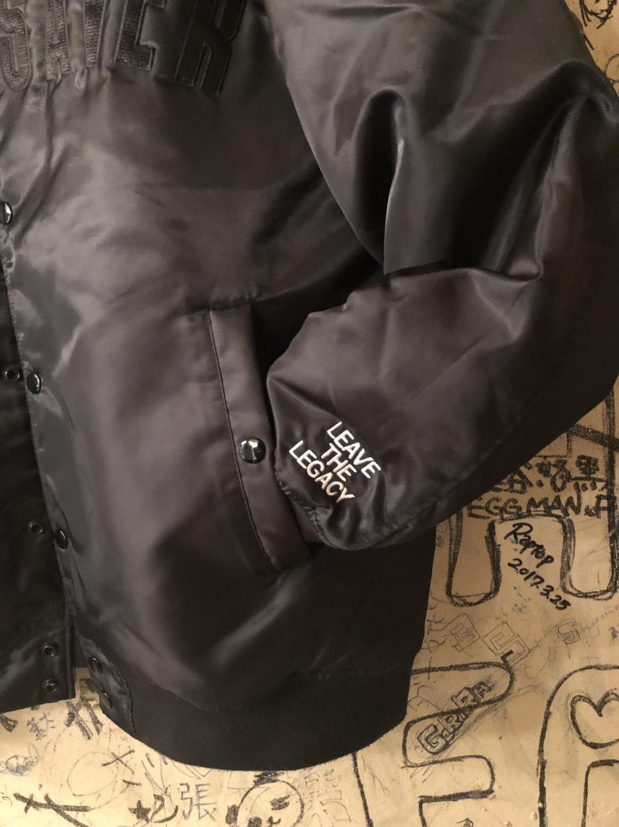 左袖口に「LEAVE THE LEGACY」の白刺繍