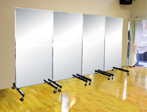 スポーツミラーは据置タイプの大型ミラー。並べて置けば、壁面一面にミラーを配せます。