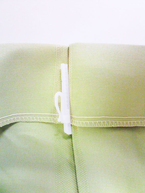 各カーテンアジャスターフック付です。カーテン丈が5mm単位で1cm迄短く、4cm迄長く調整可能です。