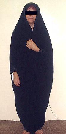 """<p>チャードルアラビィは前身ごろを留めるボタンはありません。<br>歩く時は手で持って歩きます。<br><br>袖部分にビーズ、花飾りが施されています。</p><p><br><br>撮影はワインレッド色のスカーフを使用しています。<br>中帽子、マグナエ、スカーフとの着用をお勧め致します。<br></p><p><br>サイズ:フリーサイズ</p><p>ご自身のサイズを測る場合は額から後頭部、裾をお測り下さいませ。<br>丈の長さが合わない場合はご自身でお直し下さいませ。</p><p><strong><font color=""""#ff0000""""><br></font></strong></p><p><br></p>"""