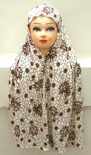 <p>ロング丈マグナエ(ヒマール)です。マグナエ(ヒマール)とは頭から胸まで覆う事の出来る被り物の事を言います。スカーフ、ショールとは違い全て縫製されていますのでスッポリと簡単に被る事が出来ます。ペルシャ語でマグナエ、アラビア語でヒマールと言います。ロング丈で可愛い柄にキラキラと光る飾りも装飾されていますのでお勧めです。</p><p><br></p><p>撮影の関係上、クリーム色の部分が若干白く撮影されています。ご了承の上、ご注文下さいませ。</p><p><br></p><p>サイズ:フリーサイズ</p><p>伸縮性のナイロン生地を使用しています。<br>サイズが合わない場合は顎部分の糸を縫い直して下さい。</p>