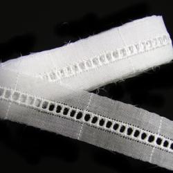 <P>レース幅:17mm(柄の幅5mm・穴の内径1・5mm×2mm)<BR><BR>色:オフ白<BR><BR>☆「1・5ミリ幅サテンリボン」がちょうどよく通る穴のサイズになります♪</P><br /><P><BR><BR>8221 </P>