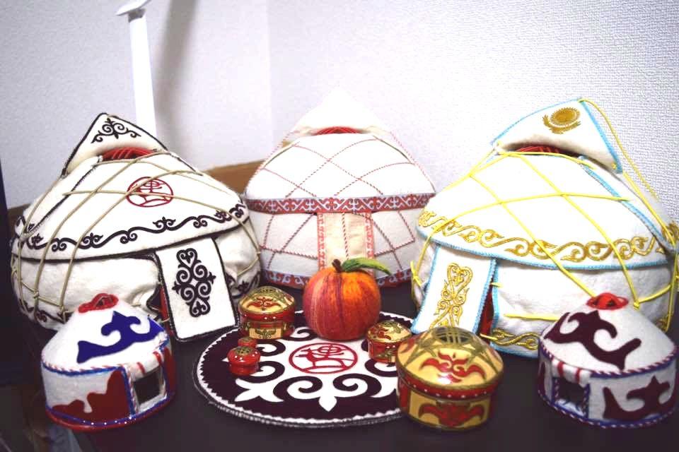左から限定版ブラウン、ノーマルタイプ、カザフスタンモデル