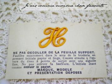 フランスから届いたイニシャルモノグラムです。  古いものですので、経年・使用による変色・汚れ等はあるものと お考えください。 サイズ:8cmx5cm(台紙)2.5cmx1.8cm(モノグラム) (多少誤差はお許しください)