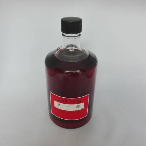 <div>自家製辣油の小瓶、700mlでございます。<br>使用している油にこだわっておりますので風味のよい香りと良い色加減が特徴です。<br>ビンの底に溜まっていますのは粗引きの唐辛子です。</div><div>この唐辛子も一緒に使うか捨ててしまうかは御自由です。<br>ご家庭でお使いになられるのもおすすめです。<br></div>