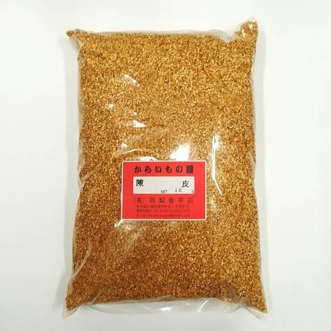 陳皮(ちんぴ)とは、熟したみかんの皮を干したもので漢方薬の原料のひとつ。特にウンシュウミカンの果皮を乾燥させたものを呼ぶ。七味唐辛子に使われたり、五香粉に混ぜられたり。<br><br>●チンピの作り方<br>1.ミカンの皮をむく(熱湯に1分浸け直ぐに冷水で冷やすと簡単に剥けます)。<br>2.ミカンの皮を乾燥させる(新聞やザルに皮を広げ重ならないようにする)。<br>3.ミカンの皮を粉砕する(コーヒーミルでも粉砕できますが香りが残るので水と洗剤で洗えるミキサーが便利です)。<br>4.容器に入れる(吸湿しやすいのでガラスビンや防湿性のプラスチック容器に入れる)。