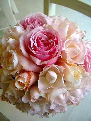 シュガーピンクのパステル系ラウンドブーケは、ふわふわのやわらかさで、かわいらしくも愛らしい。<br>白ドレス用にももちろんOK!<br>ピンクドレスに合わせるなら、濃い目のピンクを少し多めに足しても素敵です。<br>ドレスに合わせて配色のバランスを変更できます。