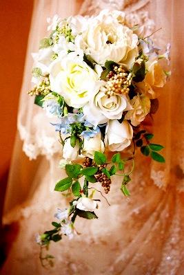 <p>ホワイトローズにナチュラルな実ものをデザインした、ボリューム感のあるキャスケードブーケ。<br>実ものをあしらうことで、ナチュラルな雰囲気と軽やかなブーケに仕上げてあります。</p><p>朝摘みの野花を手にいっぱいあふれんばかりに束ねた雰囲気のキャスケードブーケは造花とは思えない美しさで、花嫁さんを引き立たせます。</p>