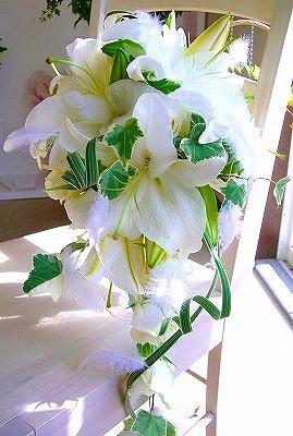<p>大輪のカサブランカにかわいらしい天使の羽をあしらった、豪華でかわいいブーケです。<br>歩くたびに揺れる天使の羽はとっても軽やかでキュート。</p><p>カサブランカのブーケは大きいから、さずかり婚の花嫁さんのウエストラインをちょっと目隠ししてくれる必須アイテム★</p><p>身長に合わせて長さの調整出来ます★</p><p>申込みの備考欄に身長を記入してね!</p><p><br></p>