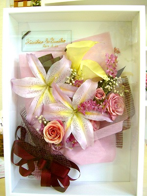 せっかく貰った花束も数日飾っておしまし・・・それじゃもったいない!!そんなお声にお応えします!<br />花束だって立体保存できます!ラッピングもそのままに、貰ったお花をそのまま保存。永遠に美しさを保ちます。<br />その秘訣は・・・。額の中にシリカゲルを入れてあります。湿気を取り除くことで美しさの寿命が長持ち。シリカゲルは色が変わったら湿気を吸い取ったサイン。<br />すると・・・レンジでチンして元に戻して再生できます!