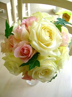 <p><br></p><p>豪華で華やかな大輪の白バラをふんだんに使って、淡く優しいシュガーピンクのローズをところどころに絶妙に配置したデザインの人気ブーケ。甘く清楚なブーケは厳格なチャペルでもガーデンパーティーでも素敵に映えるブーケです。<br>ブートニアとセットで10000円(税別)★ピンクドレスとの兼用ブーケにもピッタリ★</p>