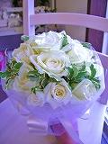 <p>今月の格安ブーケ。生花の純白で清楚白バラとグリーンのクラッチブーケ&amp;ブートニア。<br><br></p><p>シンプルドレスのラインにも、ふんわりドレスラインにも</p><p>清楚で可憐な純白のチュール巻きのクラッチブーケは、花嫁さんを美しく引き立てます。</p><p>全国郵送可能。<br>ブーケの大きさは普通サイズで直径20~25cm。</p>