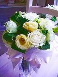 <p>今月の格安ブーケは、白、グリーン、カスタードイエローのクラッチブーケ。<br>ブートニアとセットでなんと8000円(税別)★<br>リボンの色は、白だけでなく、黄色やグリーンに変更可能。<br>ガーデンウェディングやリゾートウェディングにとってもよく似合うクラッチブーケ。ホワイトドレスやオフホワイトドレスにグリーンがさわやか★、きゅっと可愛らしく清楚に持ちたい花嫁さんにぴったり。</p>