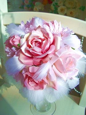 淡いピンクと、天使の羽をふんだんにあしらった、当店の人気ブーケが今月の格安ブーケに登場!<br>ピンク系ドレスや白ドレスの方や他色ドレスのアクセントを考え中の花嫁さんは即買い!<br>もちろんブートニアもセットでこの価格は・・・!(汗)
