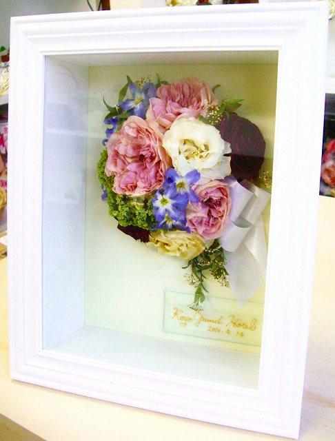 <p>生花の美しさをそのままキープ!思い出も永遠保存。立体絵画のように美しい発色。クオリティーの高さは、「なんでお花がずっと咲いているの??」と、質問が来るほど。<br><br>写真はブーケ丸ごと保存で30000円(税別)、<br>ブートニアはブーケと一緒に送ってくれれば、サービスでつけちゃいます☆</p>