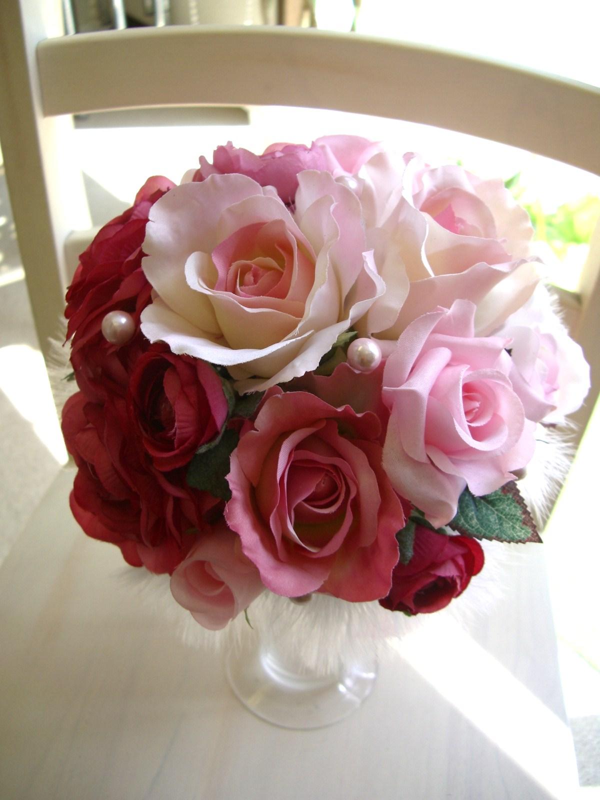 <p>淡いピンクから濃いピンク、赤までミックスしたグラデーション配色のラウンドブーケ。</p><p>造花ブーケは挙式よりも事前に前撮りがある花嫁さんには必須アイテム。</p><p>造花は発色がよくて、実は生花よりも写真映りがいいんです★<br>最近は、姉妹で使いたい!なんて花嫁さんも。<br>もちろん、友達からのプレゼントでもこれなら納得。</p>