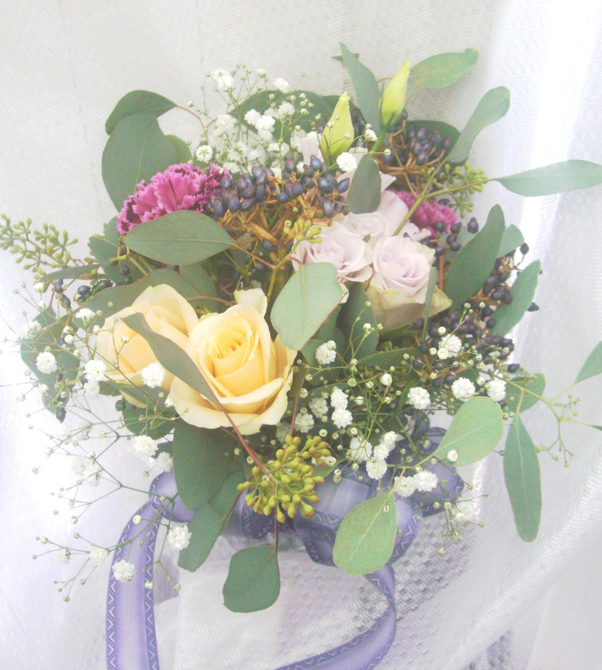 <div>くすみがかった配色で大人バランスのクラッチブーケ。朝摘みたてのお花をナチュラルに束ねたような雰囲気がカジュアル感と大人っぽさを演出。配色のバランスはドレスカラーに合わせて、季節のお花をふんだんにチョイス。<br></div>