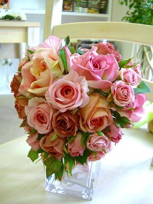 <p>きゅっとかわいらしいハートのブーケ。<br>普通のブーケじゃみんなと同じになっちゃうし、あまり奇抜なのも・・・なんて花嫁さんはこちらのハートをアクセントにして下さい★、可愛らしく個性的なアクセントブーケは造花で作ればそのまま新居に飾ってもかわいらしい。<br>生花への変更も同じお値段でOK!生花にしたら、保存もおススメ。立体額の中にハートがきゅっと収まっちゃう♥<br>配色のバランスもドレス色に合わせて微調整できます。<br>希望事項は申し込みの際の備考欄に記載してね。</p>