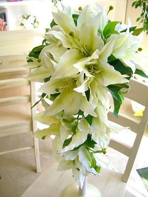 豪華なカサブランカのキャスケードは、やっぱり素敵。<br>このボリューム感はドレスのアクセントにぴったり。<br>華やかな中にも、カサブランカの可憐で清楚な純白が、よりいっそう花嫁さんを引き立てます。<br>アートフラワーの良さは、発色の良さと、ブーケの軽さ。<br>写真写りがよく、華やかなブーケを軽やかに持つ可憐さが魅力です。<br><br><br>