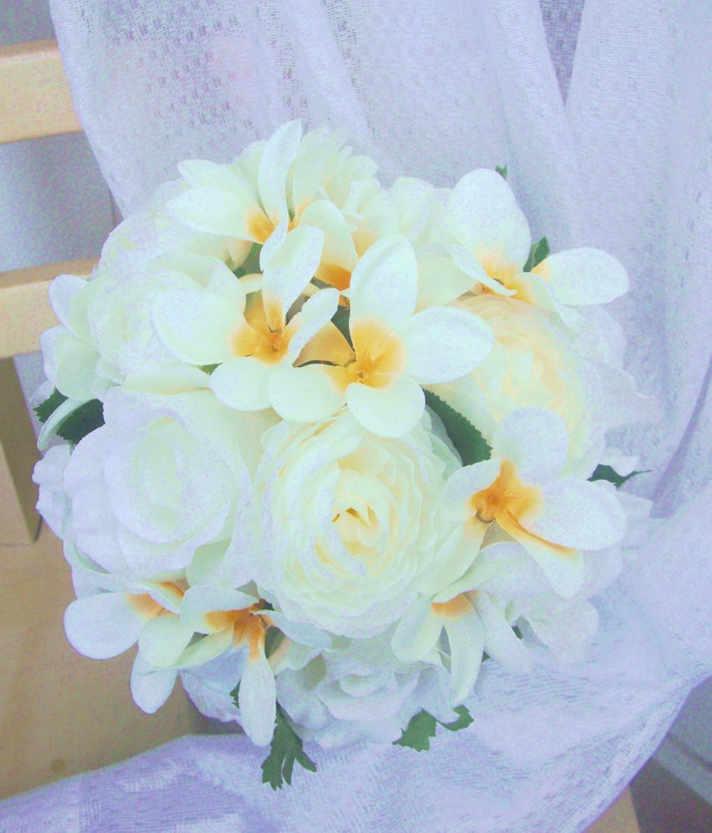 <div>なかなか生花での流通が難しい南国のお花、プルメリアのブーケを造花でおつくりしました。造花だけど本物そっくり。弊社の造花は品質重視で選んでますので、いかにも造花!!なんてお花は使いませんよ★</div><div>ガーデンスタイルはもちろん、海が好きな新郎新婦にもおすすめ♪</div><div>海外挙式の花嫁さんは現地でブーケを作ることになっちゃうので、心配も多いはず。でも造花ブーケなら持ち込み可能なので自分好みのブーケに仕上がりますよ。安心してお任せください。</div>