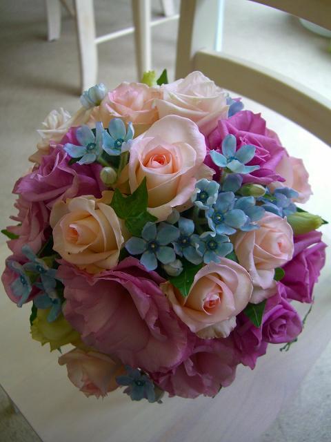クールピンクなラウンドブーケに、カワイイをプラスした、大人可愛いパープル系のラウンドブーケにしあげました。<br />星型サムシングブルーの小花で可愛らしさをプラス。淡いピンクで甘さをプラス。<br />甘すぎないラウンドブーケで大人可愛い花嫁さんに。