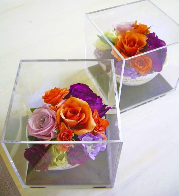 <p>ブーケの形のままではなく、小分けに立体アレンジして、<br>キューブボックスにデザインした、小ぶりで可愛らしいアレンジメントで保存はいかが?<br>ブーケのお花を小分けにして、例えば、御両親へ、挙式後の後日サプライズなんてのもイキな演出です。<br>実はこれ、花嫁さんのお母様からの御希望で誕生した商品なんです★</p><p>1つ15000円(税別)の小分け保存が3つだとセット割引★30000円(税別)<br></p>