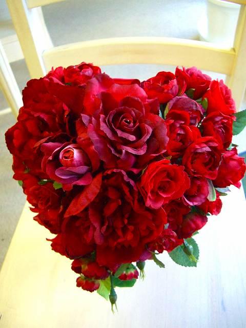 <p>真っ赤なハートブーケは、ありそうでなかったデザインです。<br>純白ドレスに真っ赤なハートも素敵だし、ピンク系、赤系のドレスにも可愛らしいアクセント。ゲストの視線釘付け間違いなしのイチオシブーケです。生花でも造花でもOk!<br></p>