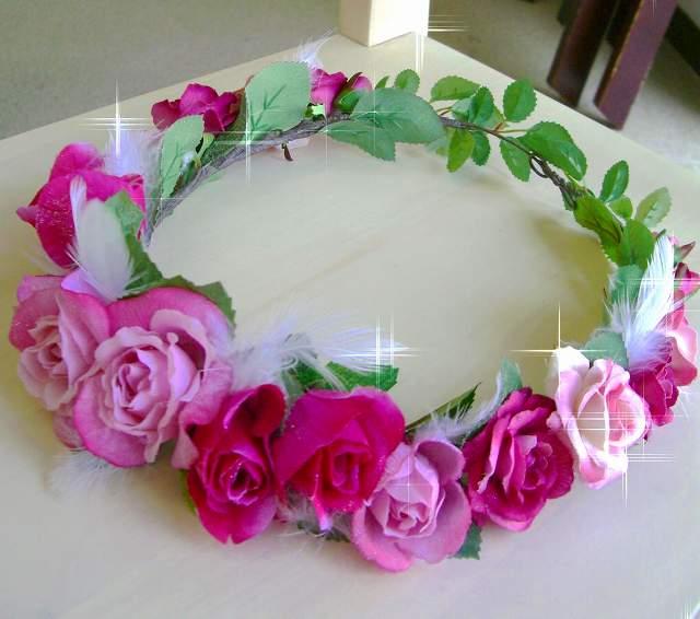 とにかく大人気の花冠★ラメ入り、ラメなしどちらもOK!写真はラメ入りの花冠。ピンクの濃淡に、天使の羽をフワフワと可愛らしくデザインしました。色の調整は、もちろんドレスに色やデザインに合わせて調整します。羽やラメはお好みでOK!どちらにしても同額ですので、好きなデザインを選んで。