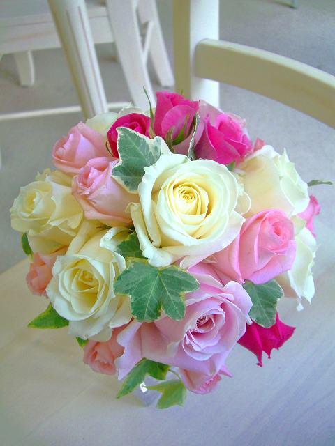 <p>ホワイト&amp;淡いピンクの組み合わせに、もうワンランクポイントを。フラッシュピンクを少し加えただけで、華やかなラウンドブーケに仕上がりました。ホワイトドレスのアクセントにもOK!淡いピンクドレスにももちろんOK!両ドレス兼用!なんて花嫁さんにも大人気★</p>