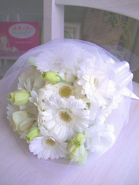 <p>可愛らしく清楚なお花、ガーベラをメインに、純白のクラッチブーケ&amp;ブートニアのセットがお買い得ブーケで登場。きゅっと朝摘みのお花をナチュラルに束ねたスタイルは、ガーデンウェディングやリゾートウェディングにぴったり。同じお花で花冠を作っても素敵★</p>