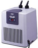 簡単操作の水温コントロールシステム。大きく見やすいデジタル表示部。本体はABS樹脂採用、熱交換器は純チタンパイプで腐食しにくく、淡水・海水両用です。ヒーターコンセント付だから本機だけでオールシーズン対応!(ヒーターは別売。500Wまで対応)