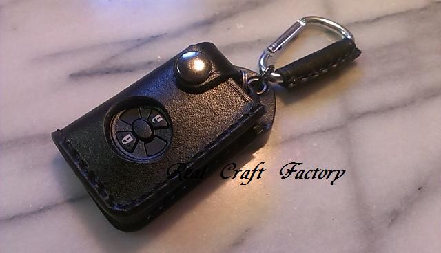 トヨタオーリス他用スマートキーケースです。参考画像は黒レザー×黒縫製糸×いぶしのボタンです。スマートキーは付属しません。