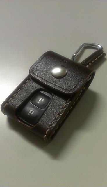 トヨタBB用(ダイハツ含む)のスマートキーケースです。ナスカン、カラビナ等でベルトループなどに掛けてご使用して頂けます。