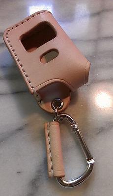 アルファード・エスティマ他用ハッチバックボタンありのスマートキー用です。画像は、ナチュラルレザー、縫製糸は白、カラビナタイプです。