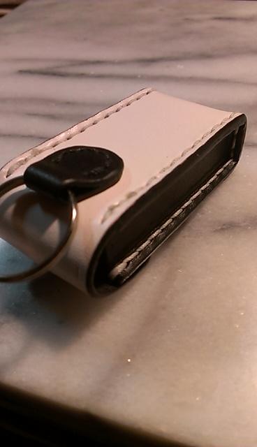 金具取り付けパーツ(革)にも黒レザー使用。縫製糸は白です。