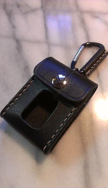 トヨタSpade用スマートキーケース。画像は黒レザー・ベージュの縫製糸・ニッケルボタン・カラビナタイプです。