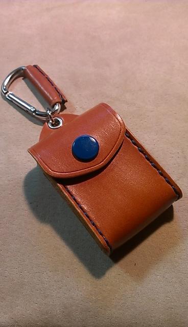 ダイハツ用スマートキーケース。画像は、革はキャメル、縫製糸、ボタンは青です。